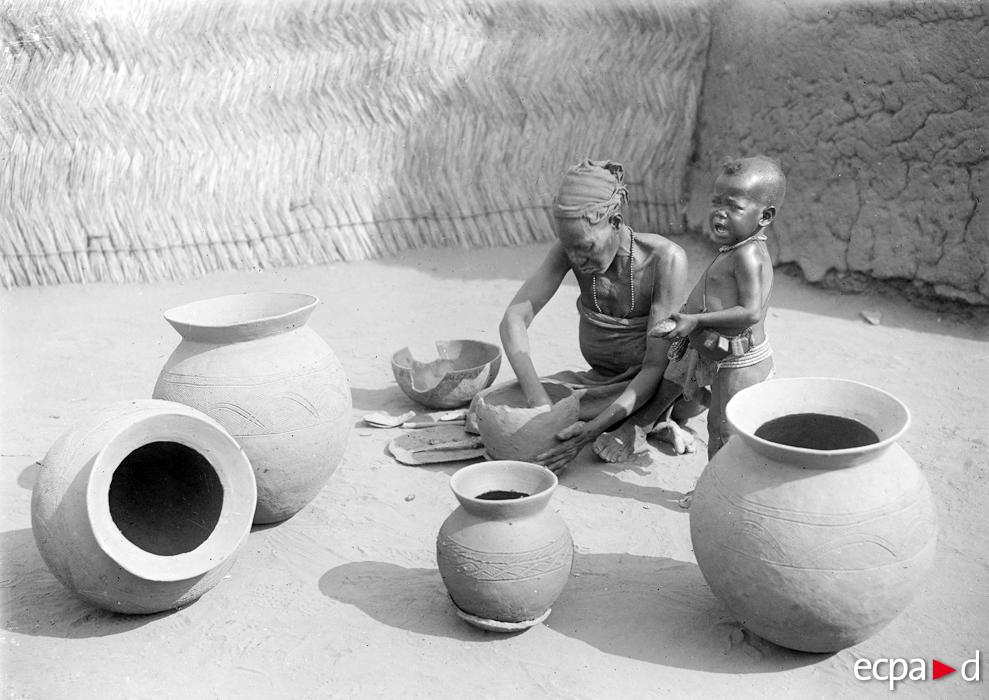 Une femme fabriquant des Bourmas à Garoua le 11 janvier 1918.ECPAD SPA-202-H-6152