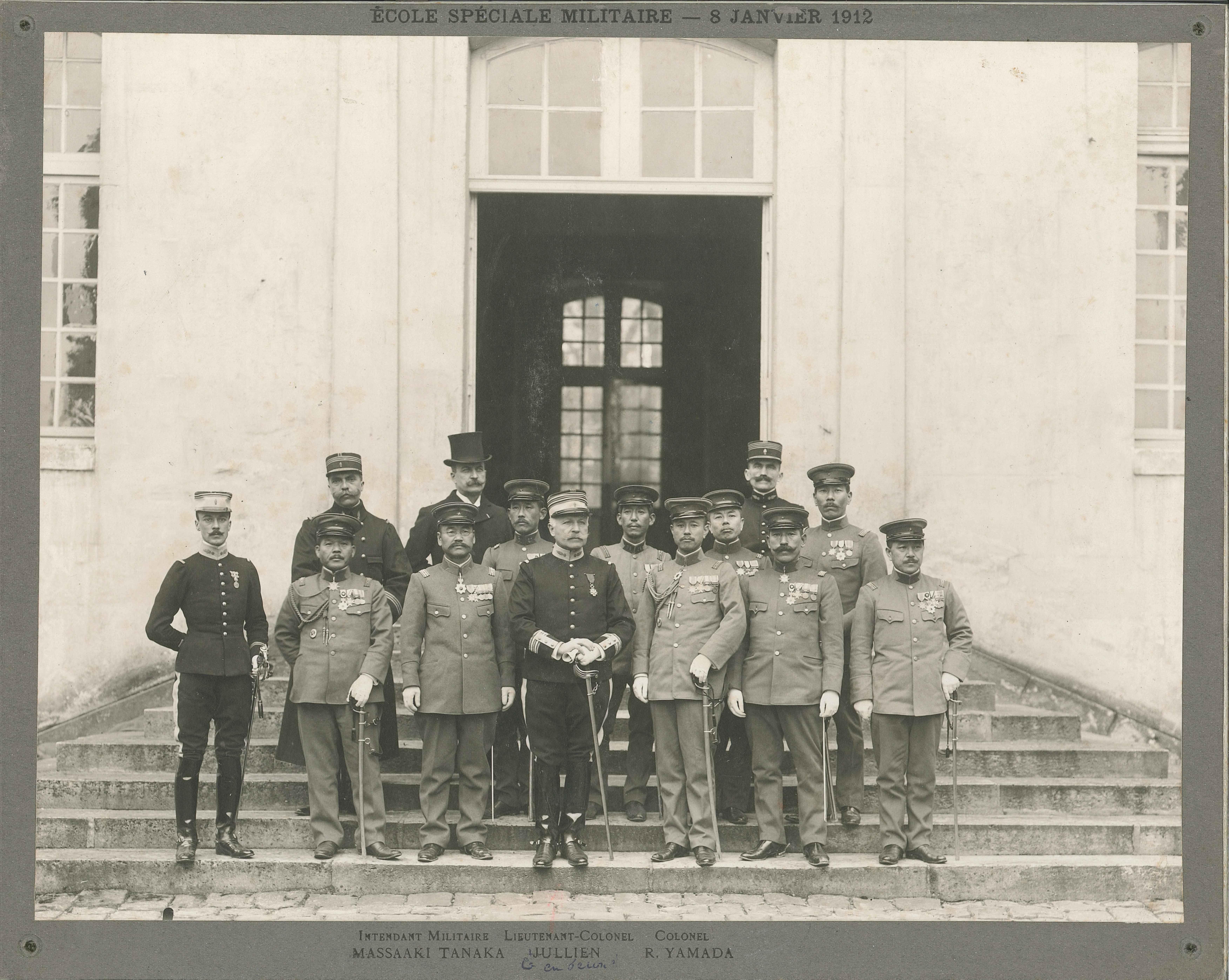 Le lieutenant-colonel Jullien avec une délégation japonaise