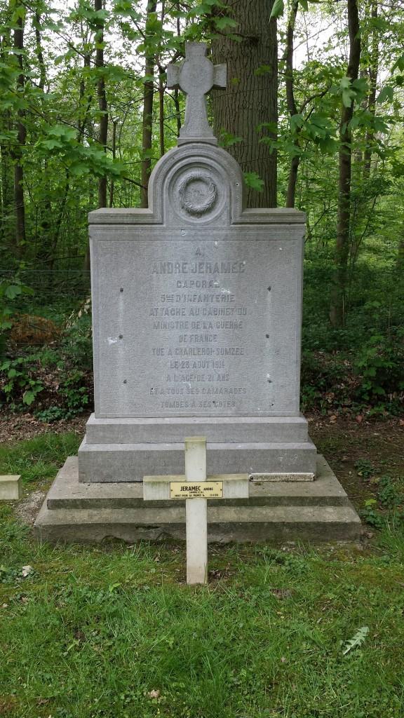 La tombe de André Jéramec et le monument commémoratif dans le cimetière de Tarcienne
