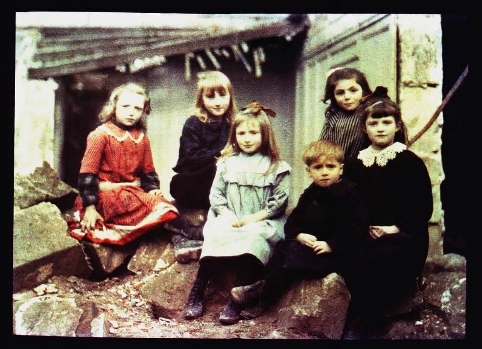 Groupe de petits Noyonnais. Fernand Cuville, 5 octobre 1917. Réf. AUL 205 / ECPAD, collection Tournassoud