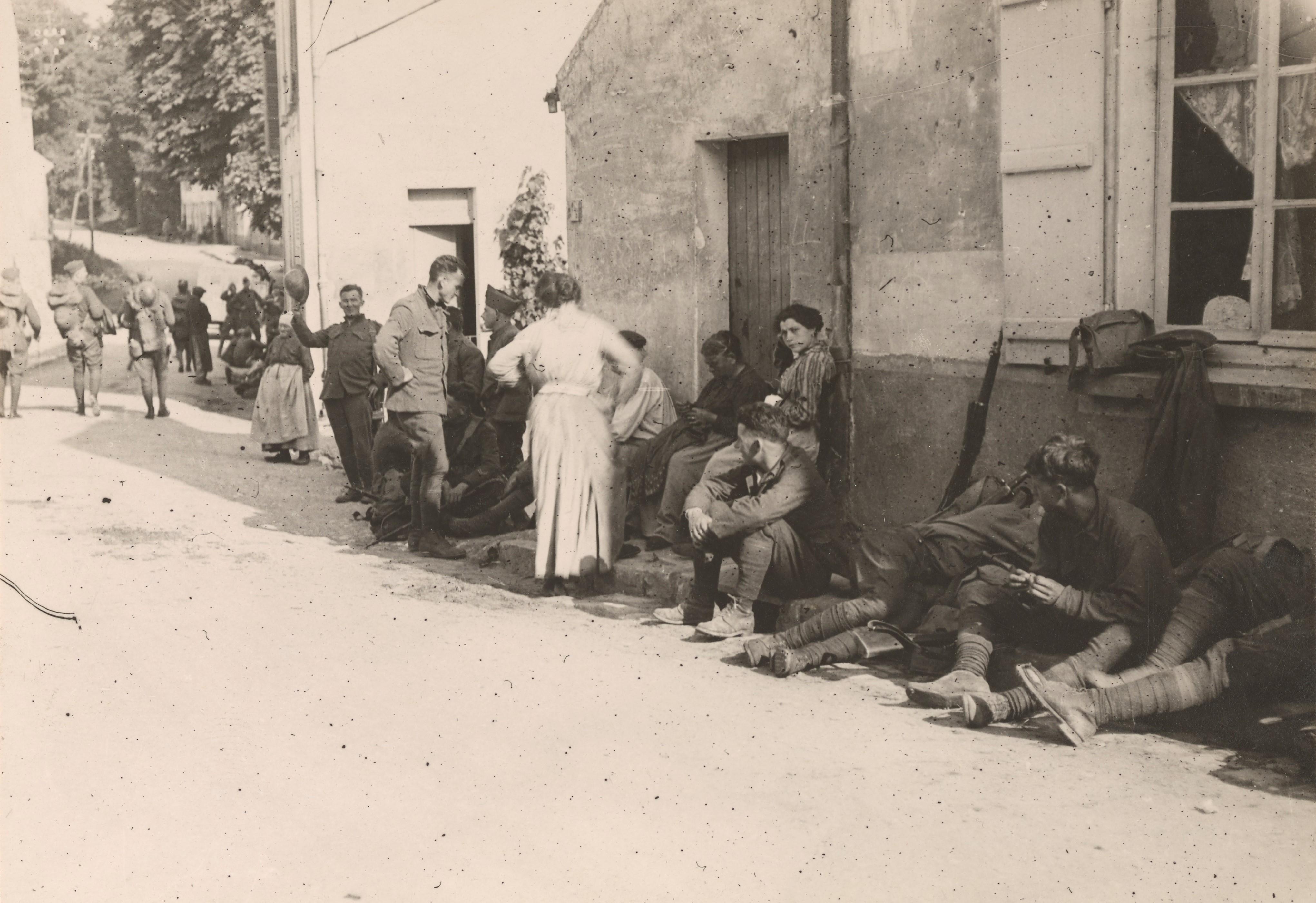 Des soldats américains dans les rues de Chateau Thierry en septembre 1918 NARA 165-WW-558A-001