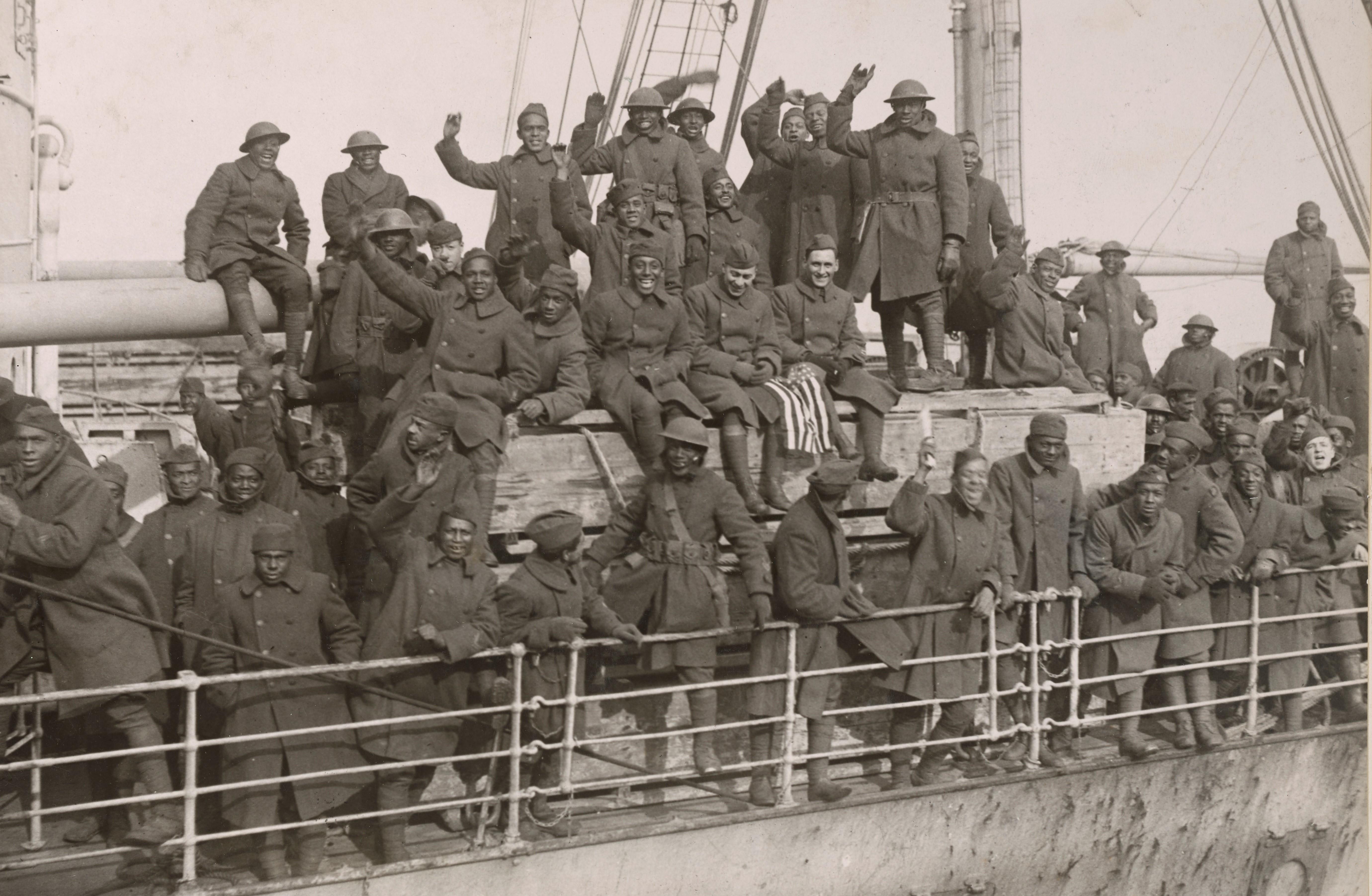 Des soldats du 369e d'infanterie (colored troops), une unité fameuse de l'armée américaine NARA 165-WW-127A-042 – Copie