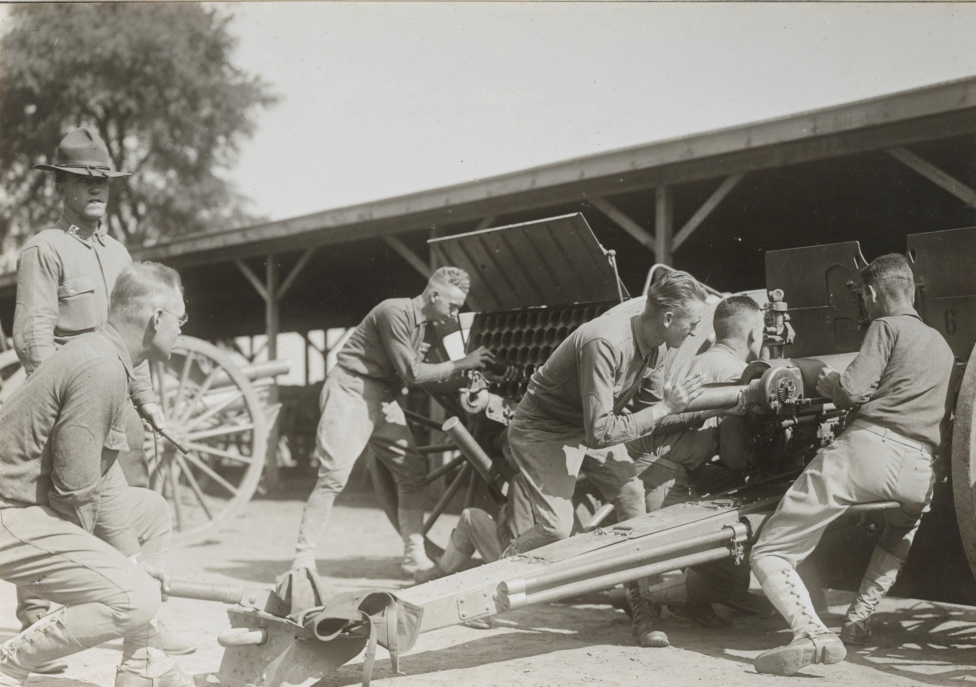 Entrainement des artilleurs au camp Zachary Taylor (Kentucky) en 1917 NARA165-WW-141B-025