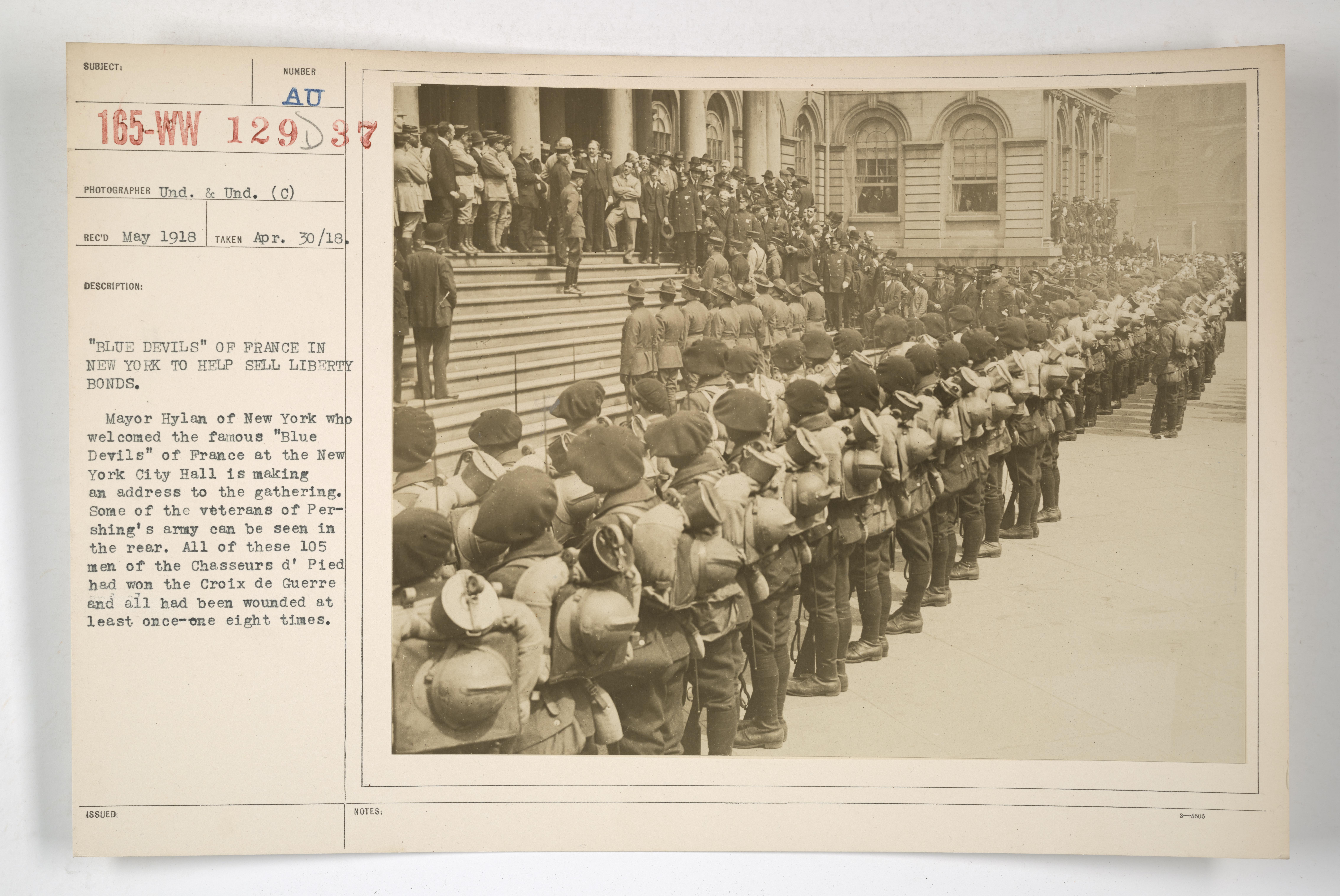 Les diables bleus défilent à New York en mai 1918 NARA 165-WW-129D-037